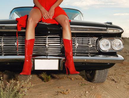 בחורה על אוטו (צילום: istockphoto)