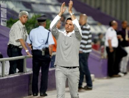 שלומי דורה מודה לקהל למרות ההפסדים (יוסי ציפקיס) (צילום: מערכת ONE)