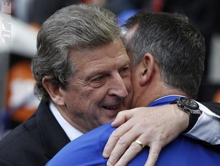 הודג´סון. מקבל חיבוק מהמאמן המפסיד, קויל (רויטרס) (צילום: מערכת ONE)