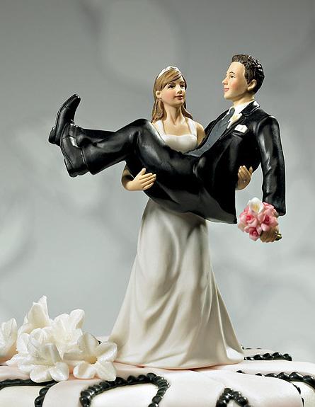 הכלה נושאת את החתן  (צילום: צילום מסך)