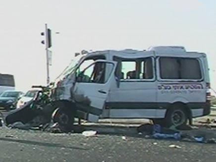 המיניבוס הפגוע בזירת התאונה, הבוקר (צילום: אושרי כהן)