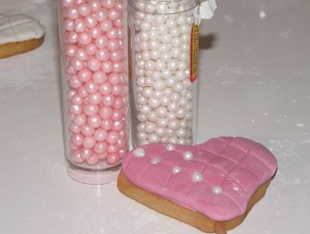 עוגיות על מקל - מקשטים בסוכריות פנינה (צילום: ג'יג'י בייקרי)
