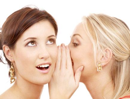 אישה מגלה סוד לחברה (צילום: istockphoto)