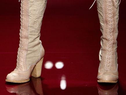 קלוז אפ על מגפיים בתצוגת אופנה (צילום: Kristian Dowling, GettyImages IL)