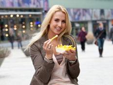 אישה אוכלת צ'יפס (צילום: Fotosmurf03, Istock)