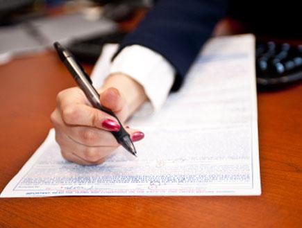אישה חותמת - חתימה (צילום: istockphoto)
