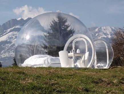 האוהל השקוף על רקע הרים מושלגים (צילום: האתר הרשמי)