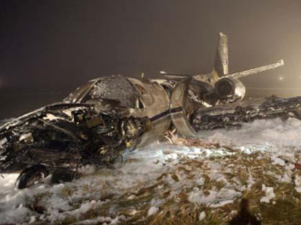 הריסות המטוס בבירמינגהאם, אתמול (צילום: הסאן)