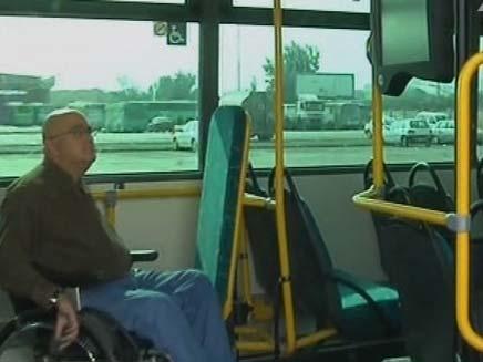 נכה צופה במסך מידע באוטובוס, יובל וגנר (צילום: חדשות 2)