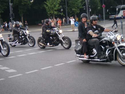 האופנוענים סגרו חשבון בכביש (צילום: אור גלזר)