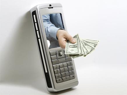יד עם כסף  מושטת מתוך מכשיר סלולרי נייד (צילום: חדשות 2)
