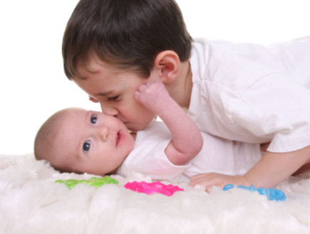 ילד מנשק את אחיו הקטן (צילום: Carey Hope, Istock)