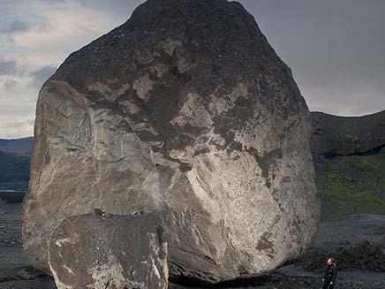 סלע ענק שנפלט מלוע הר הגעש באיסלנד (צילום: the sun)