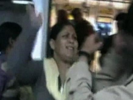 לא חוסכות. השוטרות בהודו (צילום: חדשות 2)