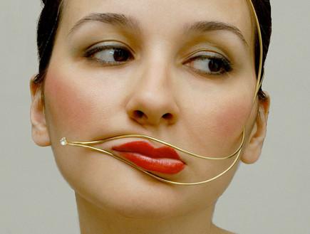 תכשיטי פנים מעוותים (צילום: האתר הרשמי)
