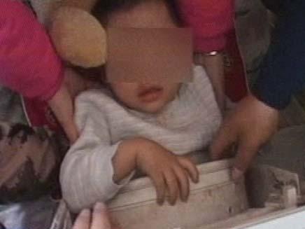 ילד שחולץ ממכונת כביסה (צילום: חדשות 2)