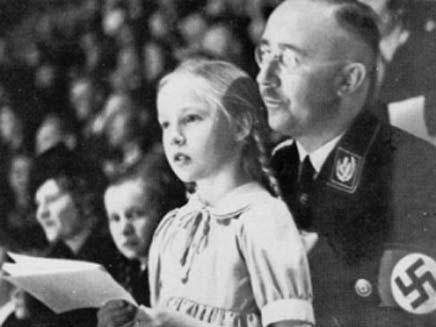 בורוויץ על ברכי אביה בזמן המלחמה (צילום: חדשות 2)