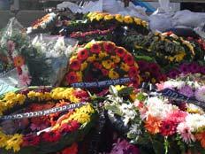 """זרי פרחים ליד קברה של אהובה תומר ז""""ל, היום (צילום: עזרי עמרם, חדשות 2)"""