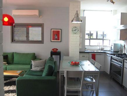 מבט למטבח פינת אוכל וסלון אחרי שיפוץ  חן דה פיצ'וט (צילום: תומר לשר)