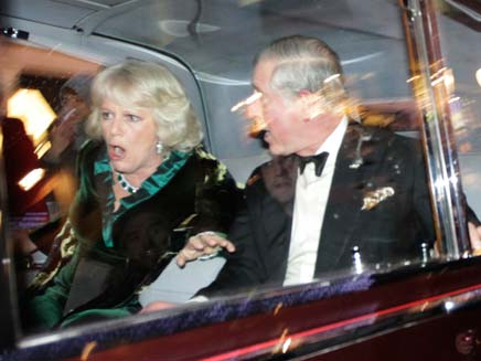 הנסיך צ'ארלס וקמילה מותקפים (צילום: AP)