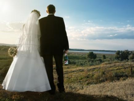 חתן וכלה מסתכלים אל האופק (צילום: istockphoto)