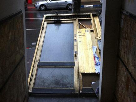 """דלת נעקרה ברחוב בוגרשוב בת""""א. היום (צילום: חדשות2)"""
