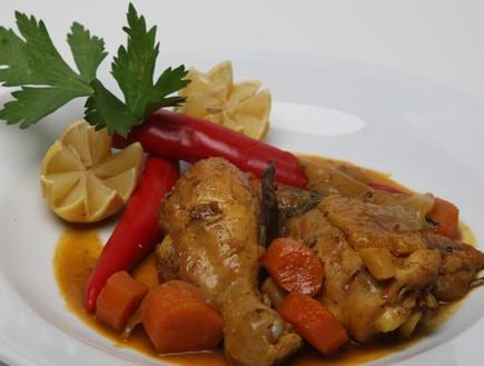 תבשיל קדרה ירכי עוף עם ירקות שורש (צילום:  יחסי ציבור )