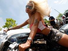 בלונדינית על אופנוע
