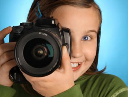 ילדה מחזיקה מצלמה (צילום: Jess Wiberg, Istock)