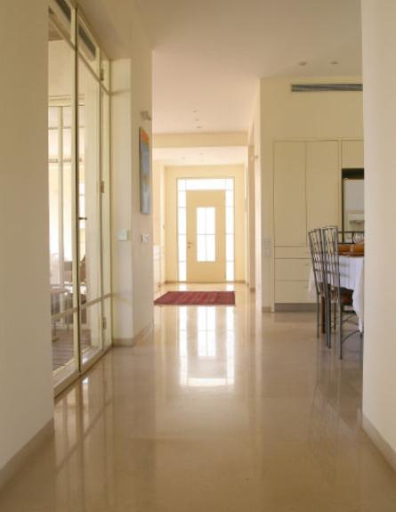 מבט על דלת הכניסה - יעל יעקובי וסוזאנה (צילום: אפרת ציון)