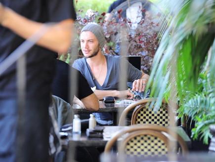 עוז זהבי, חנן סביון, גיא עמיר בבית קפה (צילום: אלעד דיין)