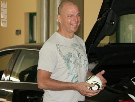 אבי כהן עם הכדור בידו. תמיד חייך (צילום: מערכת ONE)