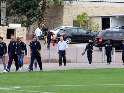 """שחקני הנוער של מכבי ת&""""א מגיעים לחלוק כבוד (יניב גונן) (צילום: מערכת ONE)"""