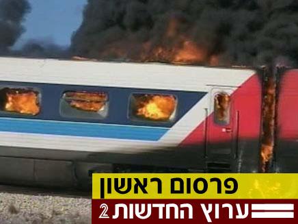 הקרונות הדניים שעלו באש (צילום: חדשות2)