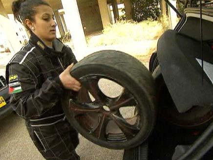נהגת מרוצים פלסטינית (צילום: חדשות 2)
