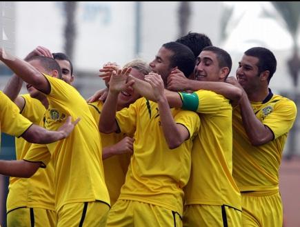 שחקני מכבי תל אביב חוגגים (יניב גונן) (צילום: מערכת ONE)