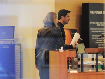 עדי קייזמן ואסתי גינזבורג קונים רכב (צילום: אלעד דיין)