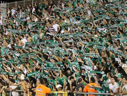 אוהדי מכבי חיפה ממלאים את האצטדיון (עמית מצפה) (צילום: מערכת ONE)
