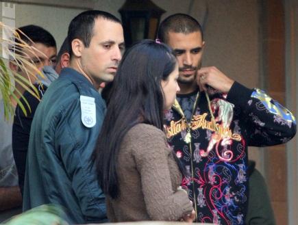 דה סילבה מחוץ לביתו עם השוטרים, היום (יניב גונן) (צילום: מערכת ONE)