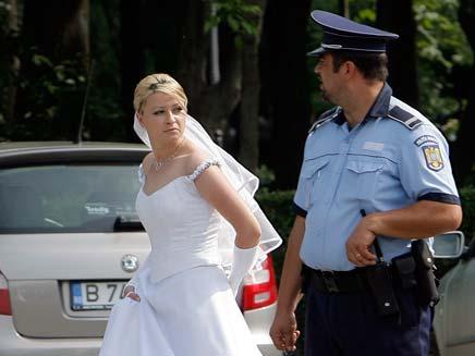 שוטרים חילצו כלה מפקק, אילוסטרציה (צילום: AP)