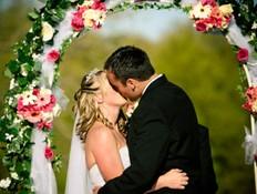 חתן וכלה מתנשקים בחופה (צילום: TriggerPhoto, Istock)
