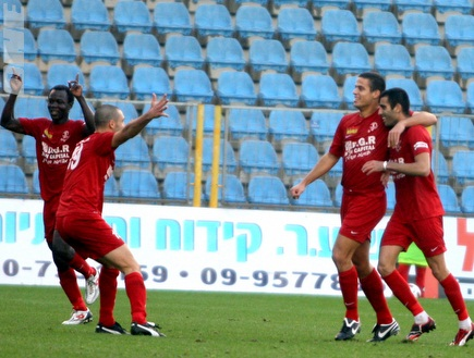 אורי אברהם חוגג את הניצחון עם חבריו (יניב גונן) (צילום: מערכת ONE)