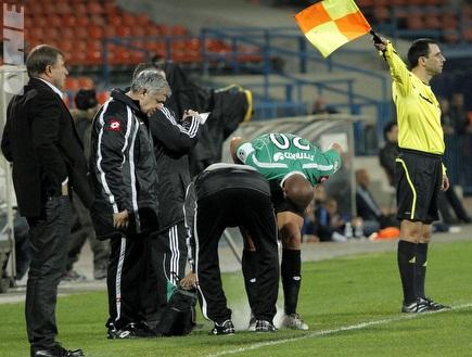 יניב קטן מקבל טיפול באצטדיון רמת גן (יוסי ציפקיס) (צילום: מערכת ONE)