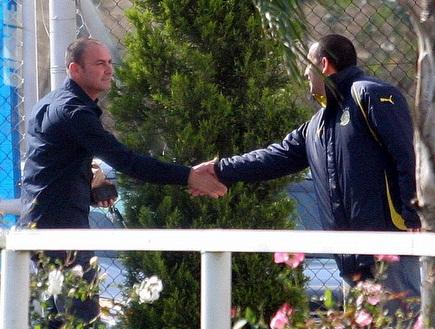 מוטי איווניר מתקבל בחום בקרית שלום (ליאור טימור) (צילום: מערכת ONE)