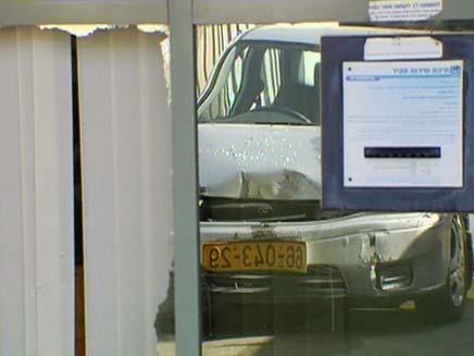 רכבה של הקשישה בכניסה לבנק, היום (צילום: חדשות 2)