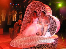 כניסה לחתונה על גבי לב ענק (צילום: Flashבר)