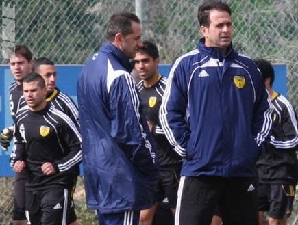 לוי, אמסלם והשחקנים באימון הבכורה (גיא בן זיו) (צילום: מערכת ONE)