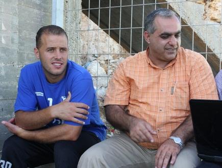 חסן אבו סאלח. נפגש עם האוהדים (עמית מצפה) (צילום: מערכת ONE)