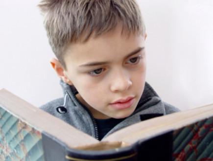 ילד עם ספר (צילום: istockphoto)