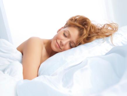 אישה עירומה במיטה (צילום: FDS111, Istock)
